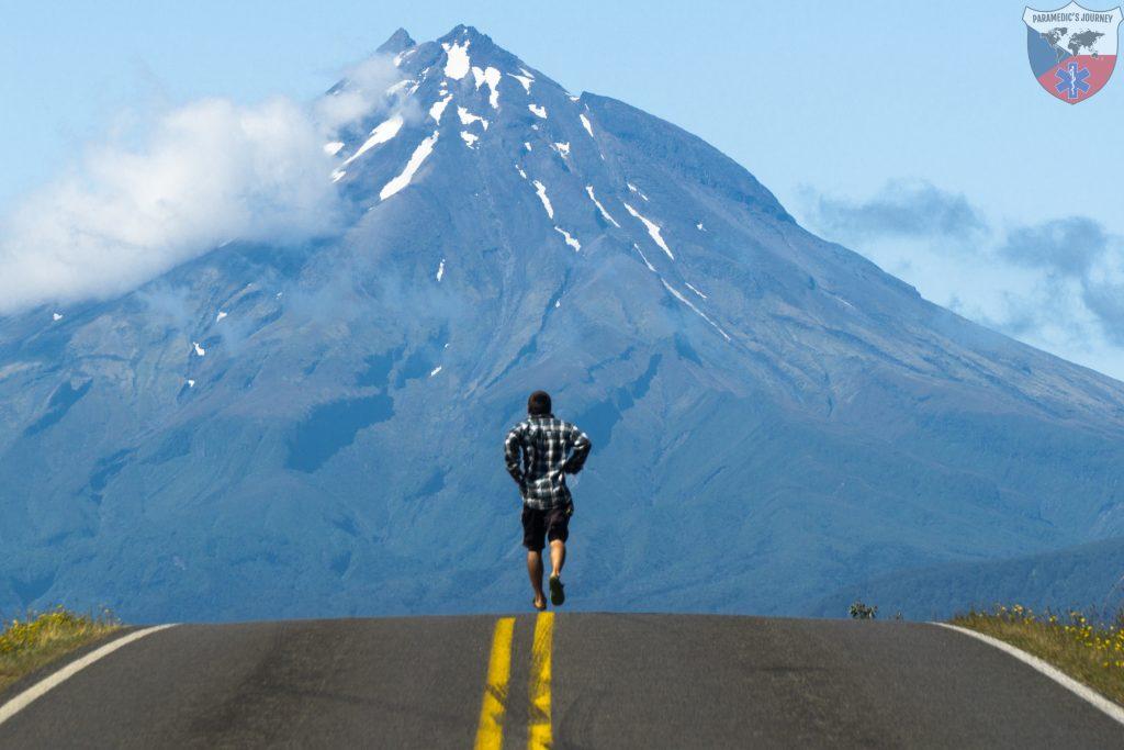 hora Taranaki, bezim, zachranar na cestach, Novy Zeland, cesta, sopka