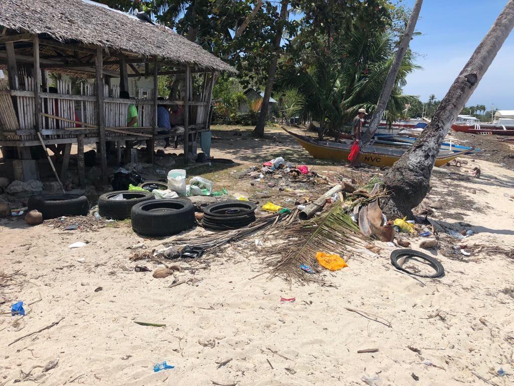 Odpadky na pisecne plazy Filipiny