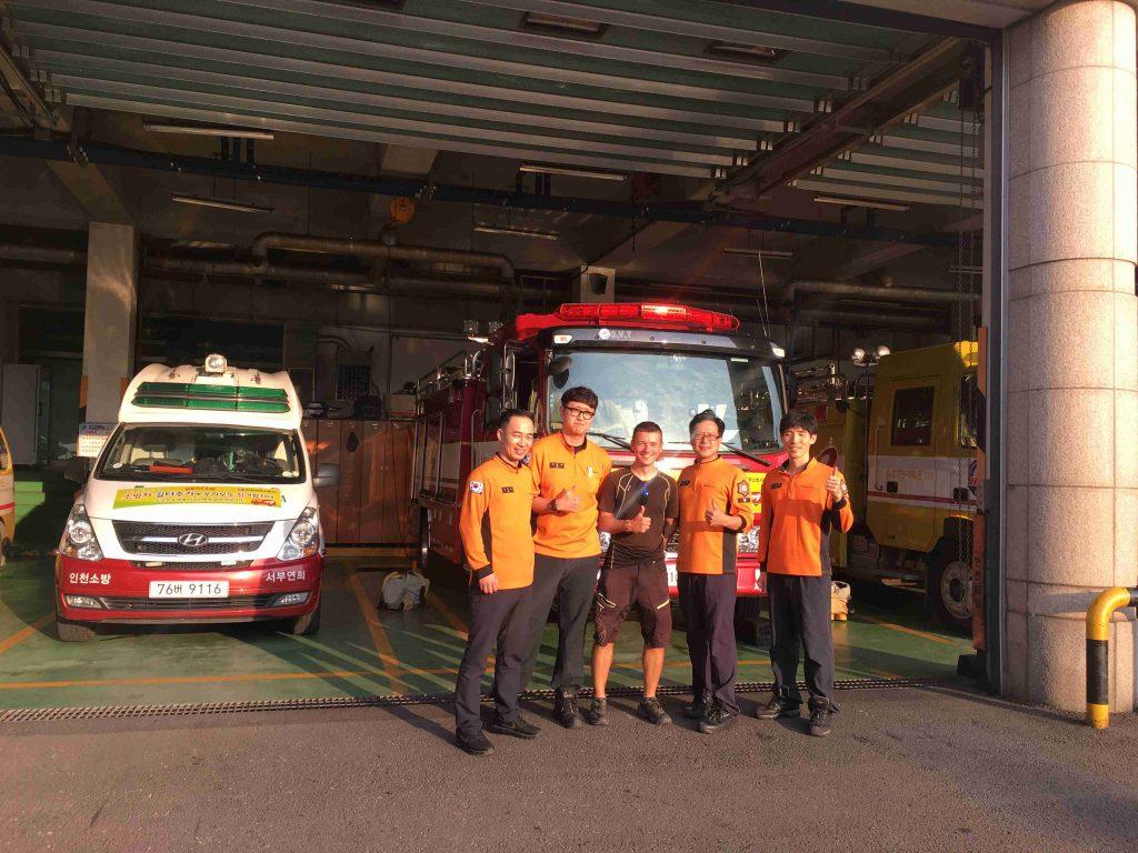 korea, zachranari a hasici, navsteva, zachranar na cestach