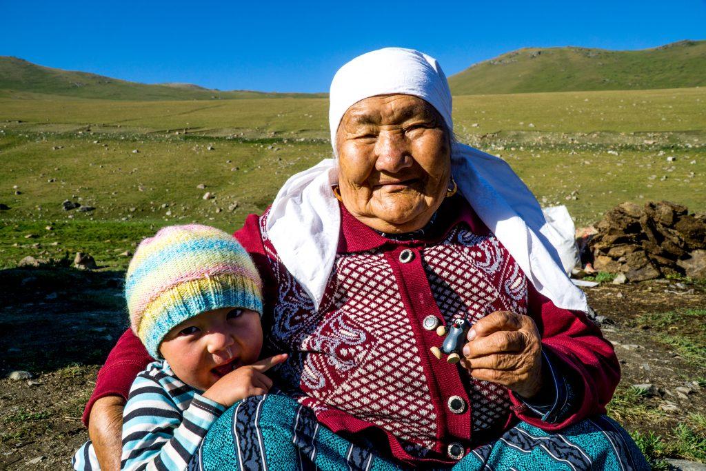 Stara pani v Kyrgyzstanu se usmiva a v ruce drzi ceskeho krtecka