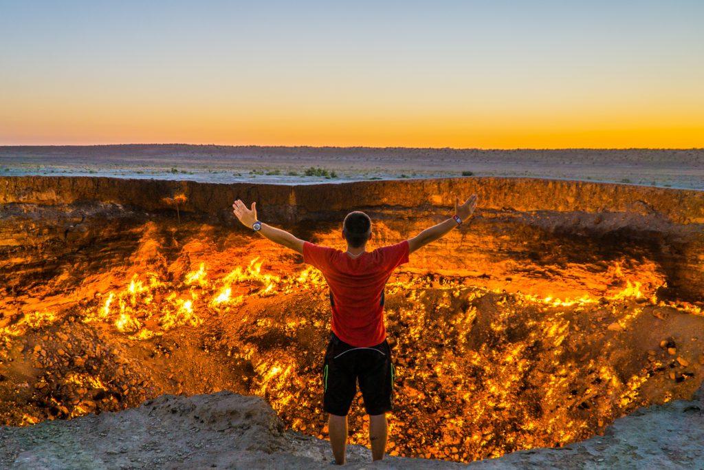 zachranar na cestach, Turkmenistan, brana do pekla, Darvaza, devold, norska moda, ohen, cestovani